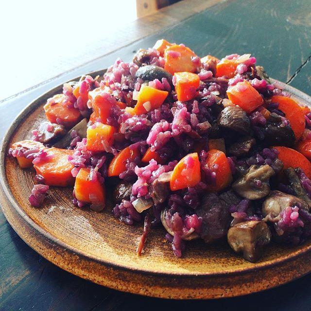 ケータリングの残りを合わせたらすごくファンキーな炒飯になりました。笑クミン人参 #cumin #carrot マッシュルーム #mushroom紫人参の炊き込みご飯 #purplecarrots #riceにタマネギ #onionラム肉 #lambニンニク #garlic唐辛子 #redpeppersを加えて