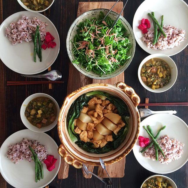 2017.12.27.今年最後の試食 *聖護院大根の葉まで丸ごと使った豚ひき肉のカレー *五穀米に素揚げしたインゲンとビーツキオッジャのピクルスを添えて *水菜とルッコラと紅生姜のサラダ *聖護院大根とターサイと厚揚げの煮物 #shogoindaikon #poteto #burdockroot #rednegi #mushroom #greenbeans #beats #arugula #ginger #tasai #organicfood #organic #plants #plantlove #pommedeterre #今年最後の出荷日でしたスタッフのみんなお疲れ様ですてんてこ舞いすぎて試食は簡単なものばかり#今回の発見は紅生姜をサラダに使ってみるです #葉っぱにごま油をまぶしてから紅生姜とあえるだけ #カレーが少ししょっぱくなっちゃったのでお皿の上でサラダとカレーのルウをわしゃわしゃ混ぜながら食べてもらいました#ターサイも素晴らしくて聖護院大根もいい味出してます#皆々様来年もどうぞよろしくお願いいたします #ポムドテール #八百屋 #自然栽培野菜